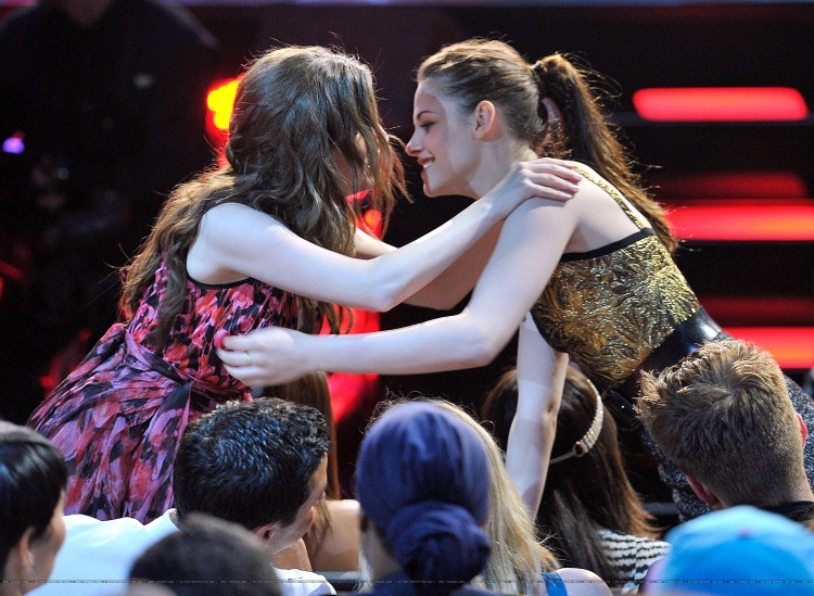 Anna kendrick and kristen stewart kiss