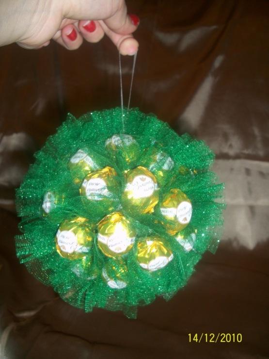 Новогодние шары из конфет своими руками 66
