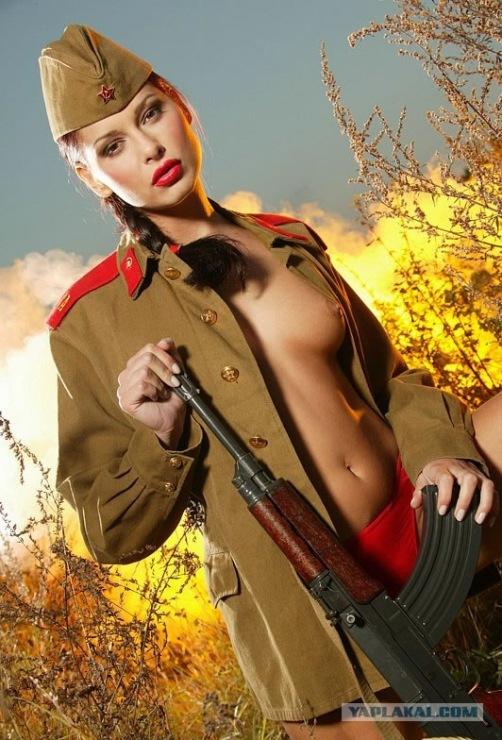 девка в униформе солдата мастюрбирует