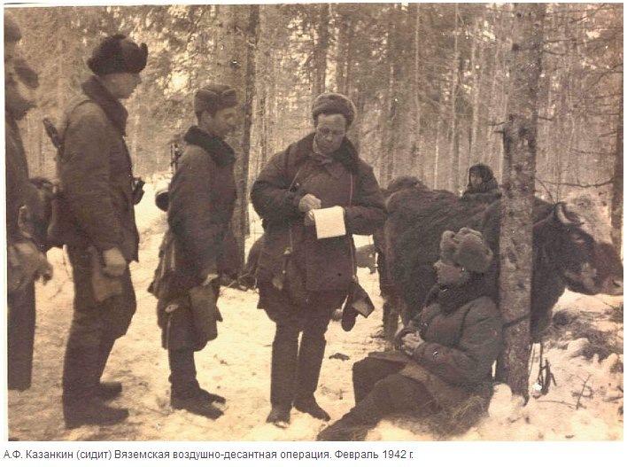Командир 4-го воздушно-десантного корпуса, ставит боевую задачу бойцам во время вяземской воздушно-десантной