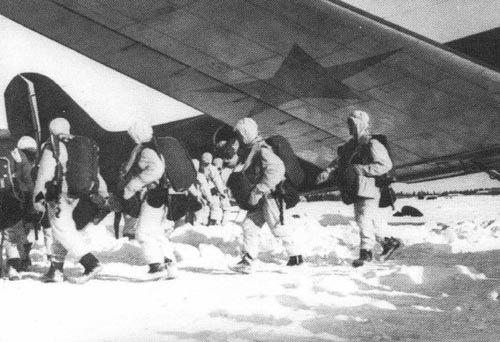 Советские десантники на зимнем аэродроме у самолетов тб-3
